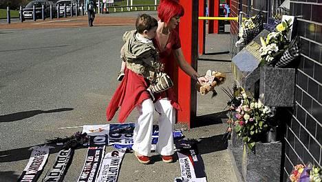 Boltonin Reebok-stadionille tulvi myötätunnon osoituksia sunnuntaina.