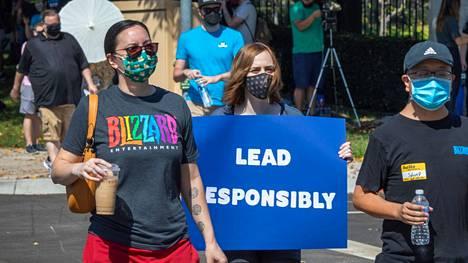 Vastuullista johtamista, toivoi eräs mielenosoittaja.