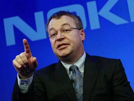 Myös Stephen Elop viihtyy amerikkalaisissa nappikauluspaidoissa, solmion kanssa tai ilman.