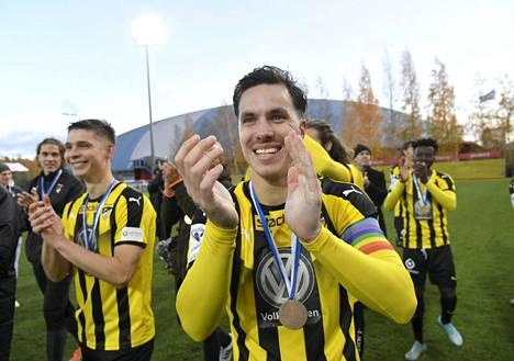 Duarte Tammilehto ja muut FC Hongan pelaajat pääsivät viime kauden päätteeksi juhlimaan Veikkausliigan pronssimitaleita.