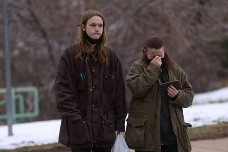 Sarah Moonshadow (oik.) puhkesi kyyneliin kertoessaan kokemuksistaan ammuskelupaikalla poikansa Nicholaksen (vas.) kanssa.