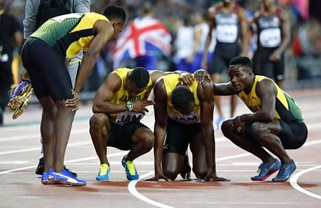Bolt sai lohdutusta joukkuekavereiltaan, jotka juoksivat supertähden tueksi.