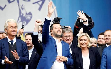 Matteo Salvini muiden populistijohtajien kanssa Milanossa toukokuussa.