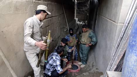 Irakin sotilaat etsivät asekätköä Ramadinin kaupungissa toukokuussa.