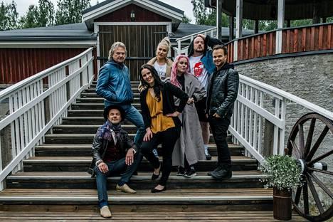 9. tuotantokaudella Hirvensalmella nähtiin Tuure Kilpeläinen, Pepe Willberg, Anne Mattila, Evelina, Ellinoora, Pyhimys ja Lauri Ylönen.