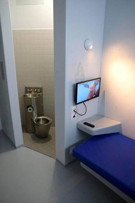 Selleihin kuuluu yhdeksän neliön huone ja pieni wc-tila. Wc:ssä ei ole peiliä.