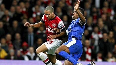 Theo Walcott (vas) taistelee pallosta Evertonin Silvain Distinin kanssa.