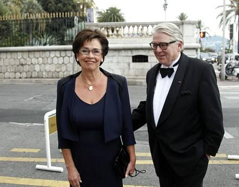 Lasse Lehtinen on ollut usein siellä, missä tapahtuu. 2012 hän osallistui vaimonsa Eira Palin-Lehtisen kanssa pankkiiri Björn Wahlroosin 60-vuotissyntymäpäiville Nizzassa.