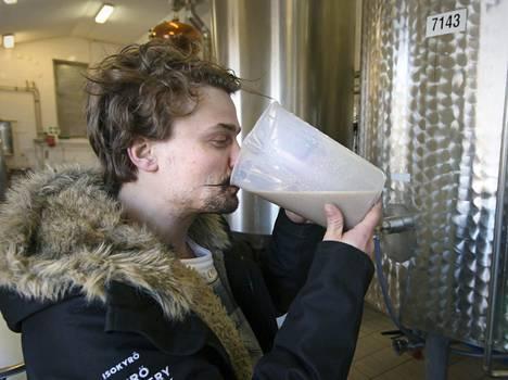 Kyrö Distilleryn tislaaja Kalle Valkonen maistaa rankkia.