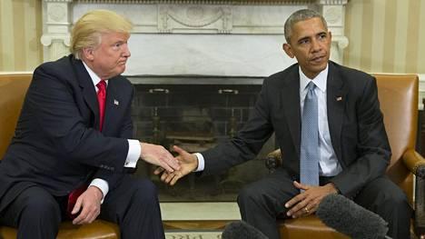 Donald Trump ja Barack Obama kättelivät.