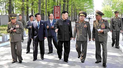 Pohjois-Korean johtaja Kim Jong-un vieraili kansanarmeijan omalla tehtaalla 17. toukokuuta. Kuvan on välittänyt maan virallinen uutistoimisto KCNA.