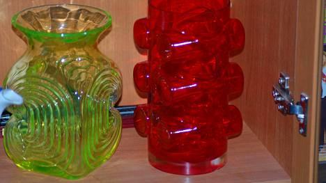 """Oikealla punainen Pablo-maljakko, jota kaupiteltiin kirpputorilla """"rumana maljakkona"""" kahdeksan euron hintaan."""
