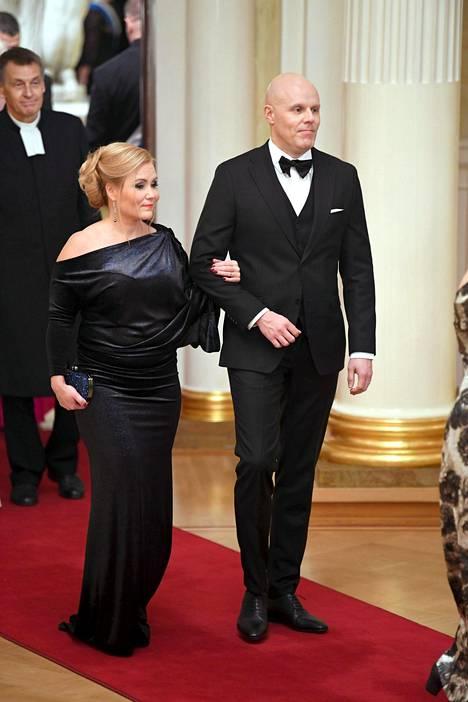 Radiosta ja Tanssii tähtien kanssa -ohjelmasta tuttu Aki Linnanahde saapui juhlaan vaimonsa Jonnan kanssa.