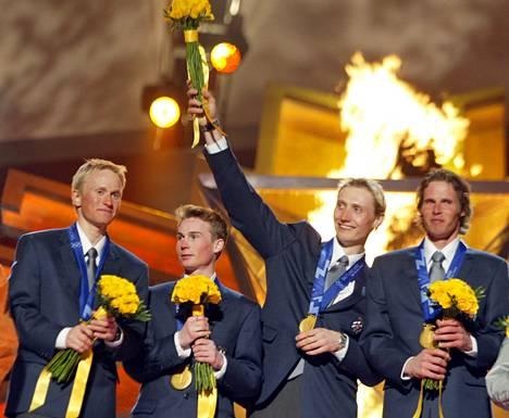 Hannu Manninen (toinen oikealta) juhli Salt Lake Cityn olympialaisissa joukkuekultaa Samppa Lajusen, Jaakko Talluksen ja Jari Mantilan kanssa.