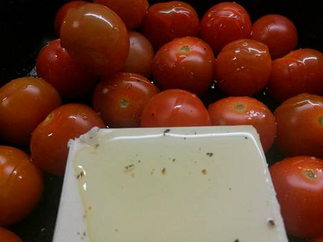 Kuten uunifetapastaan, uunifetavuokaan voi laittaa reilusti tomaattia.