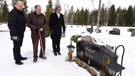 Mika Viitala, Paavo M. Petäjä ja Pekka Vähäsöyrinki Mika Myllylän haudalla torstaina.