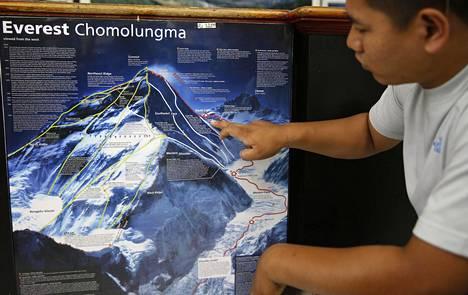 Nepalilainen Pemba Sherpa näyttää kartasta kohtaa, jossa kaksi kiipeilijää menehtyi laskeutuessaan. Kuolemansyy oli ilmeisesti vuoristotauti.