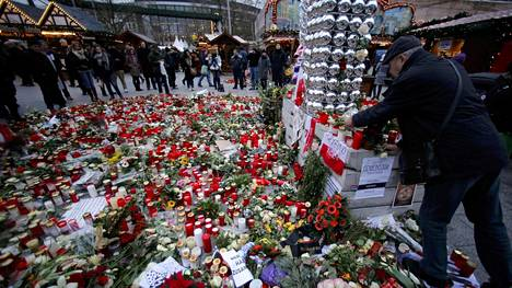 Berliinin terrori-iskun tapahtumapaikka täyttyi viikolla kukkasista, joita ihmiset toivat paikalle uhrien muistoa kunniottaakseen. iskussa sai surmansa kaikkiaan 12 ihmistä.