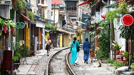 Junaratakujan elämä keskeytyy junan tullessa muutaman kerran päivässä. Kuja on Hanoin mukavimpia paikkoja tarkkailla paikallisten puuhia, sillä toisin kuin muualla kaupungissa, mopoja ei tarvitse juuri väistellä.