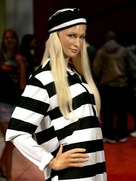 Paris vankila-lookissa. Tosin vain vahanukkena, sillä Madame Tussaudsn New Yorkin vahamuseon Paris-nukke puettiin raita-asuun. Todellisuudessa vangit käyttävät oranssia vaatetusta.