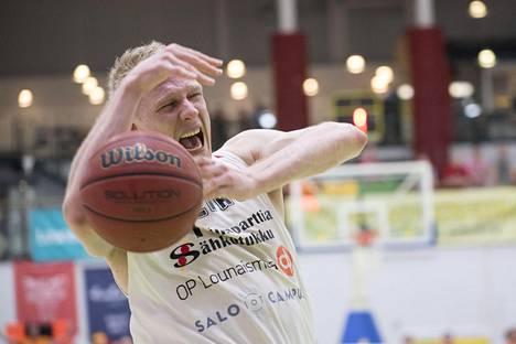 Juho Nenonen tunnetaan koripallokentillä periksiantamattomuudestaan.