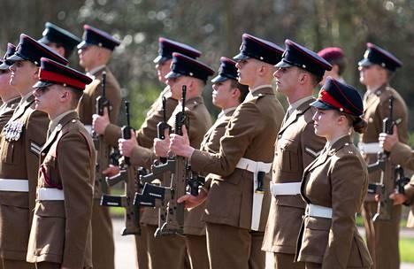 Iso-Britannian puolustusvoimien väkeä kunnioittamassa Mooren muistoa.