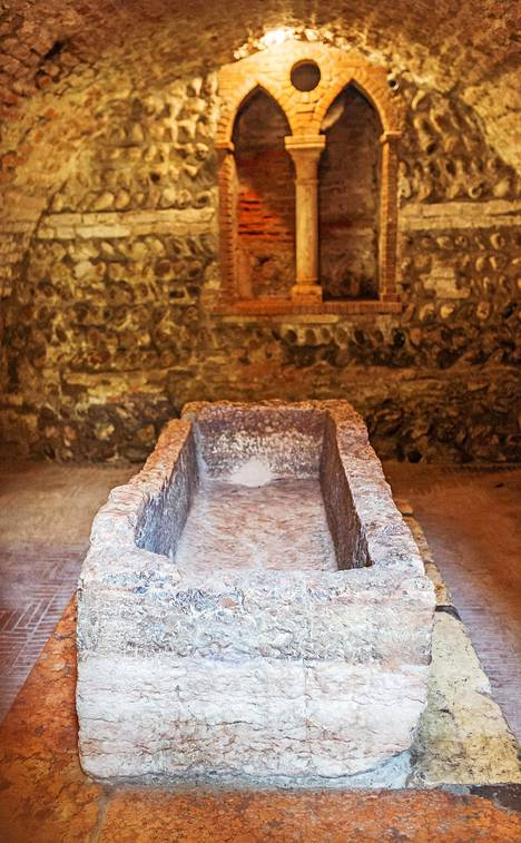 Julian esikuvan haudaksi oletettu hautakammio sijaitsee hieman Veronan keskustan ulkopuolella.