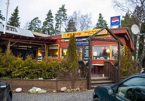 Pit Stop on Östersundomin alueen ainoa ravintola. Yksi annoksista on saanut nimensä reilun kymmenen vuoden takaisen alueliitoksen innoittamana: Hellsinki-pastassa on kinkkua, pekonia, pestoa, kermaa, tomaattikastiketta ja jalopenoa.