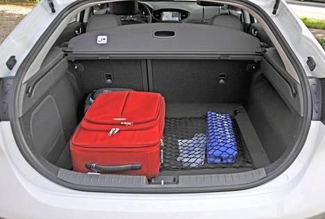Tavaratila on hieman pienempi sähköautoversiossa kuin hybridissä. 350–1410 litran lukemat ovat kuitenkin kohtuulliset.