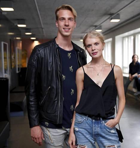 Venäjällä hienoa näyttelijän uraa tekevä Alina Tomnikov saapui leffaan ohjaajana työskentelevän miesystävänsä, Lauri Laukkasen kanssa.