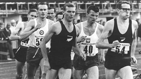 Peter Snell (kesk.) juoksi Helsingin olympiastadionilla Maailmankisoissa 1965.