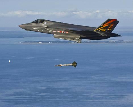 F-35 on yksi Hornetien korvaajaehdokkaista.