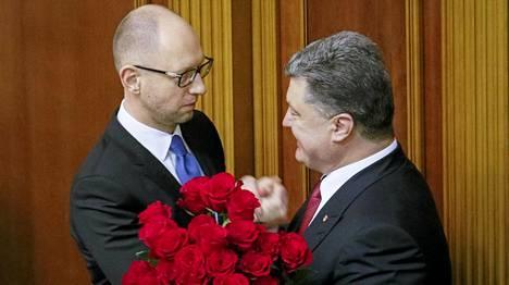 Presidentti Petro Poroshenko onnitteli pääministeri Arseni Jatsenjukia (vas.).