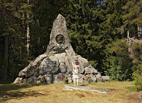 Juuttaan taistelussa 13.9.1808 ruotsalaisia joukkoja johtaneen von Döbelnin muistomerkki on liki viisimetrinen monumentti Uusikaarlepyyssä.