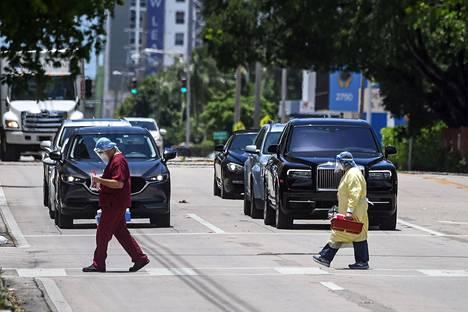 Lääkintätyöntekijöitä Miamin lähellä sijaitsevan koronasairaalan ulkopuolella.