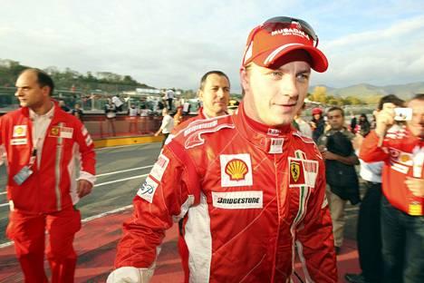 Kimi Räikkösen kasvoille nousi hymynkare, kun työvelvoitteet Mugellon radalla päättyivät.