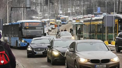 Tutkijoiden mukaan tehokkain tapa saavuttaa hallituksen päästötavoitteet on polttoaineiden myyntilupajärjestelmä, joka asettaa kiintiöt polttoaineiden hiilisisällölle. Aalto-yliopiston tutkijat luovuttavat ehdotuksensa liikenne- ja viestintäministeriölle tänään 22. lokakuuta 2019.