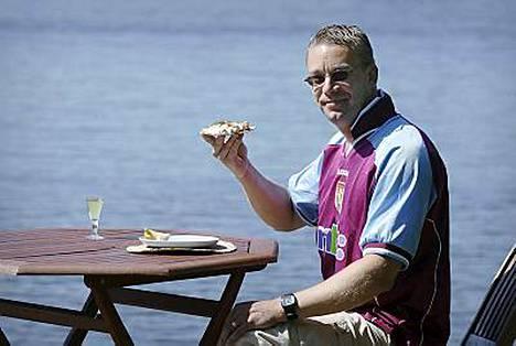 Kulttuuriministeri Stefan Wallin poseeraa suosikkijoukkueensa Aston Villan fanipaita päällään. Raputahna nautitaan snapsin ja näkkileivän kera.