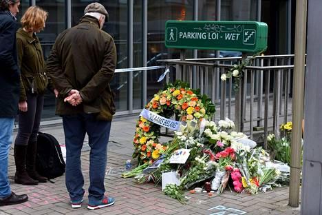 Brysselin tiistaisten iskujen uhreja on surtu Maalbeekin metroaseman edustalla.