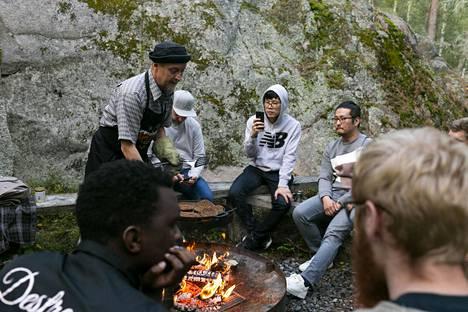 Ulkomaalaiset kokit tutustuivat viime vuonna Suomen metsään ja sen antimiin Naantalissa. Rami Heinäluoto paistaa ruisleipää ja kanttarelleja eteläkorealaisille Suk Yin Yeonille ja Tae Hwan Ryulle.