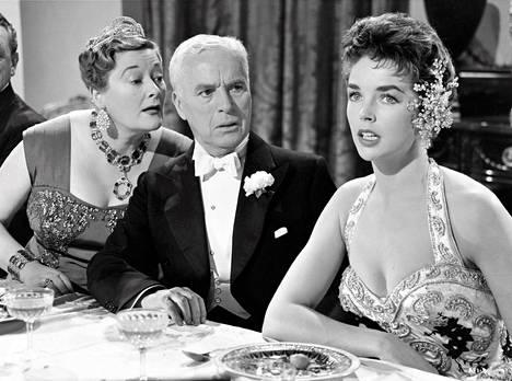 Kuningatar Irene (Maxine Audley), kuningas Shahdov (Charles Chaplin) ja Ann Kay (Dawn Addams).