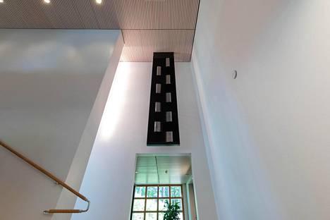 Porrashallin katosta roikkuu kuvanveistäjä Raimo Utriaiselta tilattu yli kolmimetrinen veistos. Veistoksen materiaalina on mustaksi anodisoitu ja kiilloitettu alumiini.