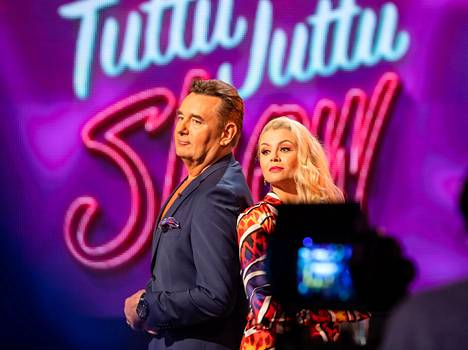 Timo Koivusalo ja Susanna Laine juontavat Tuttu juttu show'ta.