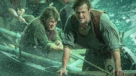 Chris Hemsworth taistelee meriseikkailussa meren raivoa ja valasta vastaan.