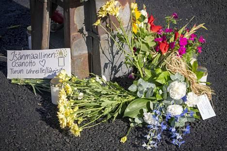Perussuomalaisten Turun paikallisyhdistys piti hiljaisen hetken ja laski kukkia kauppatorille puukotuspaikalle.
