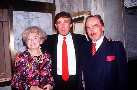 Trump Mary-äitinsä ja Fred-isänsä kanssa.