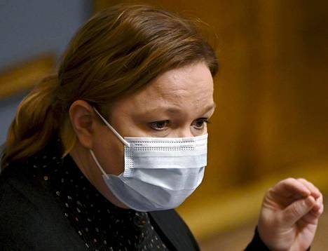 Ohjeet maskien tai kankaisten suojainten käyttämisestä oireettomien asiakkaiden kanssa ulotettiin hoivakoteihin ja asumispalveluihin 9. huhtikuuta 2020. Perhe- ja peruspalveluministeri Krista Kiuru myönsi myöhemmin, että puute maskeista vaikutti siihen, ettei ohjeistusta annettu aikaisemmin.