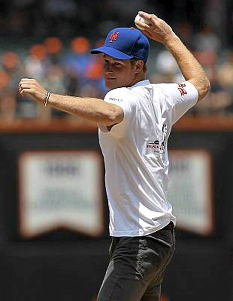 Näin lähtee baseball-syöttö prinssi Harryn kädestä.