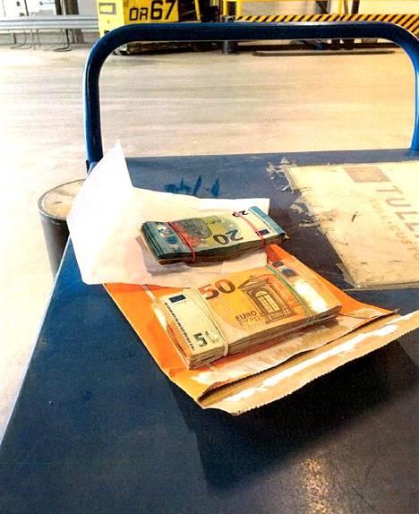 Pariskunnan matkalaukussa olleet rahat.