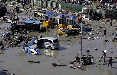 Maanjäristystä seurasi Tsunami, joka aiheutti massiivisia vahinkoja. Kuva Talise Beachin alueelta.